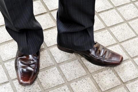 靴ずれの原因は革靴と歩き方!対策グッズで予防