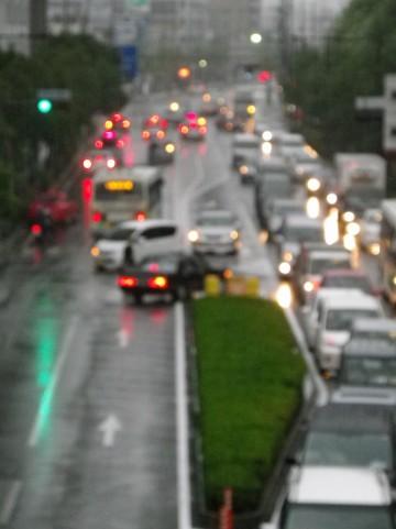 自転車 雨の日の傘さしは禁止?手軽な雨具は